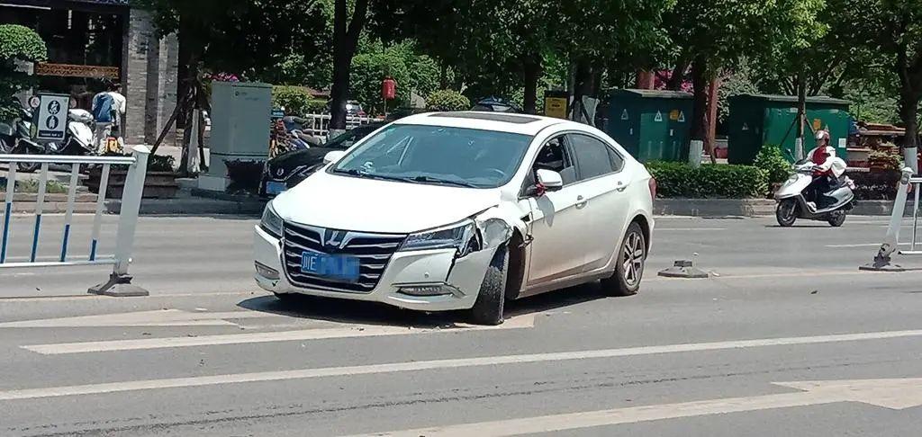 泸州一女子驾车过程中分心驾驶,致车辆失控,结果...