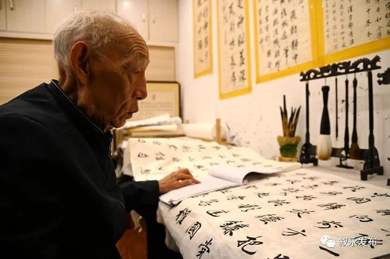 叙永88岁老党员创作百米书法长卷向党献礼